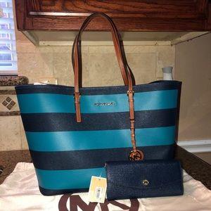 New Michael Kors bag w/ matching wallet !!